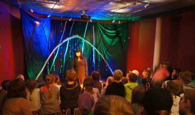 Det unge publikummet er helt med når Eirin Edvardsen forteller og dramatiserer med maskefigurer, stemme og kroppsspråk. Foto: ©Hilde Kat. Eriksen