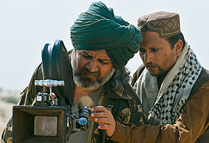Sunnys to fangevoktere studerer uhyret som kan lage usømmelig og syndig film.