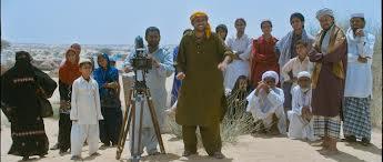 """Sunny og Aftab engasjerer landsbyfolket i lokal filminnspilling i filmen """"Filmistaan""""."""