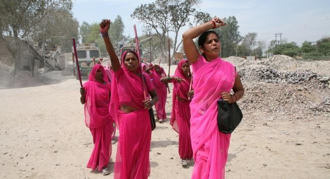 The Gulabi Gang. Kvinna som starta bevegelsen, Sampat Pal Devi lengst til høyre.