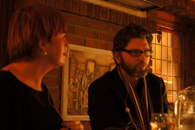 Rita Kristin Klausen intervjuet Bergsveinn Birgisson på Ølhallen i Tromsø under Ordkalotten – Tromsø internasjonale litteraturfestival i oktober 2013. Foto: Hilde Kat. Eriksen