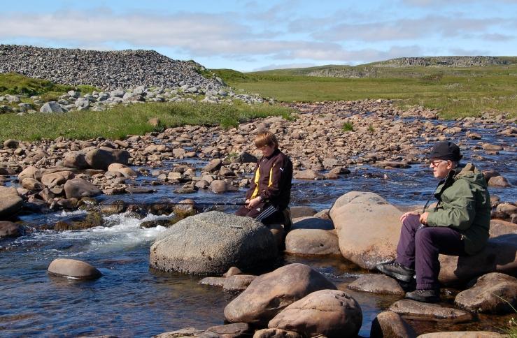 Ved Lamboneselva. På fisketur med barnebarn i 2008. (Foto: Hilde Kat. Eriksen).