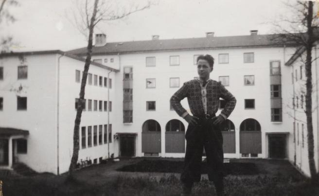 Hans Kristian poserer foran Trondarnes Folkehøgskole ved Harstad, skoleåret 1949/1950. (Fotograf ukjent).