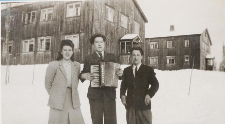 Etter folkeskole og en vinter på fiske, reiste Hans Kristian (til høyre), søstra Randi og vennen Oddvar (Larsen) Støme ut for å gå på skole. Svanvik folkehøgskole var evakuert til Finnfjordbotn vinteren 1948/1949. Oddvar og Hans Kristian fulgtes siden gjennom utdanningsårene. (Fotograf ukjent).