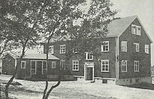 """Syke- og gamlehjemmet i Lebesby blei bygd i 1934-35, og var eid av Norges Finnemisjonsselskap (Norges Samemisjon). Under den tyske tilbaketrekningen i 1944 blei bygningen brent ned, og beboerne evakuert. Foto fra """"Finnmark i Flammer""""."""