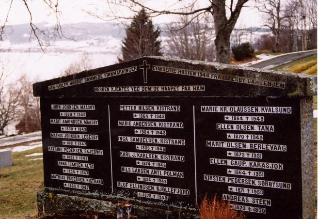 """""""Herren kjentes ved dem, de haapet påaa ham"""". Gravsteinen står som minnesmerker over de gamle som kom som evakuerte til Byneset i februar 1945, og som aldri reiste derifra. Steinen blei reist av Norges Samemisjon i 1984."""