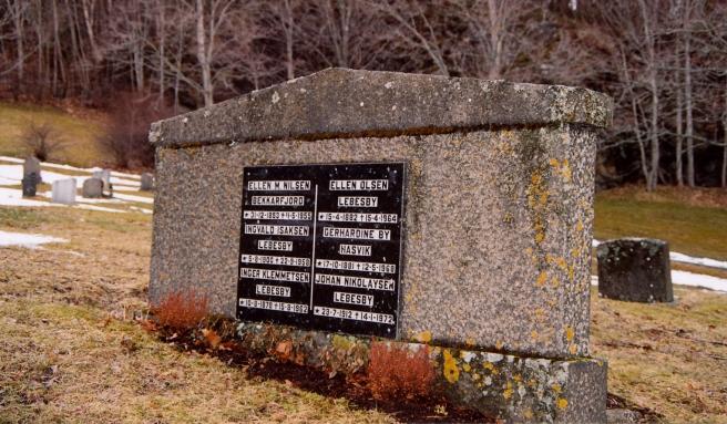 Baksida av gravsteinen på Byneset.