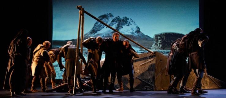 Ein scene frå operaframsyninga som viser korleis Røstfolk berga dei søreuropeiske sjøfolka. Foto: Arne Bjørgli/www.querini.com
