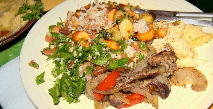 Arnabet be tahine (blomkål med tahinisaus), shawarma (kjøttgryte), Amira roz bil shereyeh (Amiras gyllne ris), hommous (kikertepure), tabouleh (salat) og batata harra (krydrete chilipoteter).