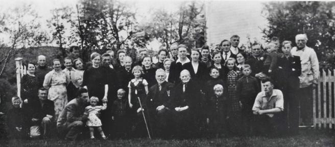Ei gruppe flyktninger i Norge ved slutten av 2. verdenskrig, sammen med bygdefolket som tok imot dem og huset dem. (Privat foto).