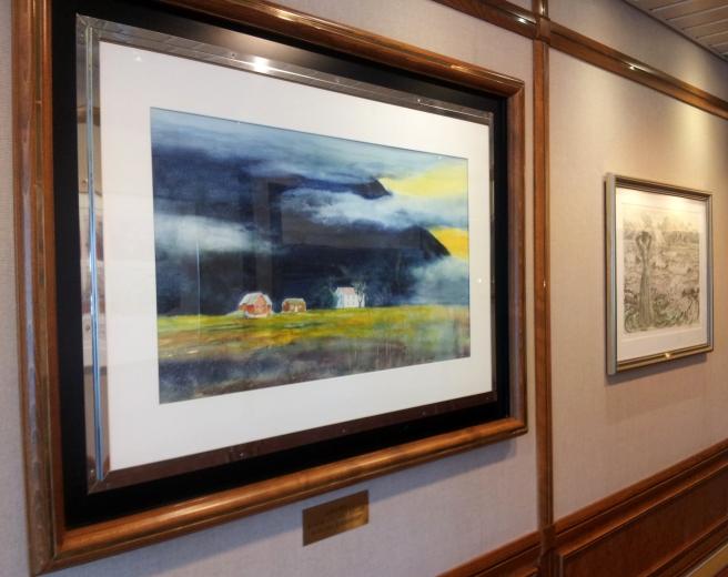 Bilder av både Dagfinn Bakke og Karl Erik Harr finnes på veggene om bord.