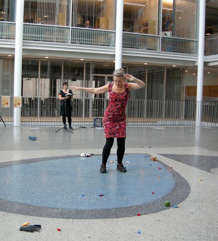 Stuntpoesi og dans ved regjerende norgesmester i poesislam, Ane S. Grydeland og danseren Anne Katrine Haugen. Foto: Hilde Kat. Eriksen