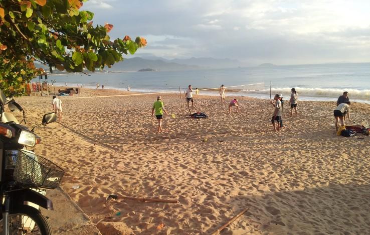 Badminton i sanda, Nha Trang Beach. Foto: Hilde Kat. Eriksen