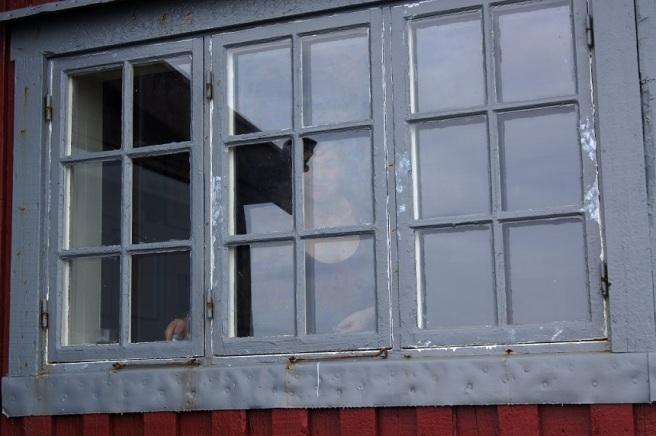 Ida i vinduene til Skipperstua, Kråkeslottet. Foto Hilde Kat. Eriksen