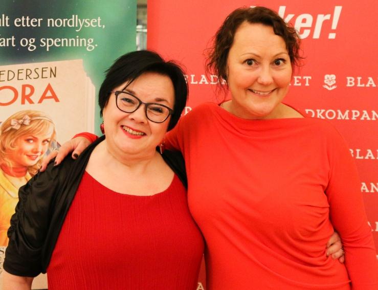 """Bente Pedersen, """"formutter"""" som hun kaller seg, og artisten Trine Strand (til høyre) under Tromsø-lanseringa av Pedersens nye bokserie. Foto: Guri Istad/Bladkompaniet"""