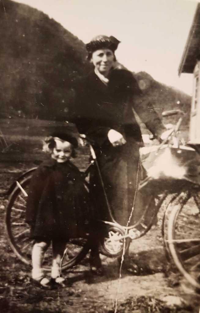 1 WEB Mor Sigrun og lille Erna idt på 1930-tallet