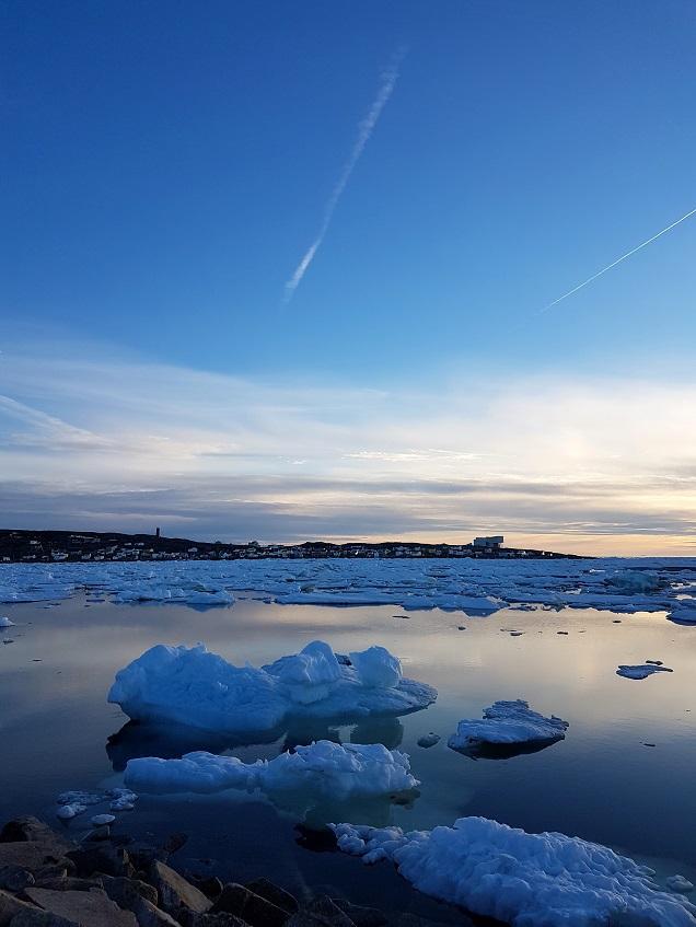 Mai-kveld med isflak. Fogo Island Inn i bakgrunnen