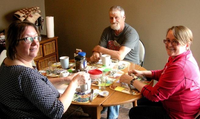 Artikkelforfatteren ved kjøkkenbordet hos Joan og Max Penney i Little Seldom.