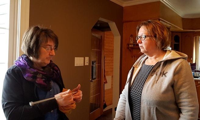 Søstrene diskuterer strikking. Marie Payne (t.v.) og Joan Penney.