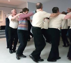 På kulturkvelden i Joe Batt's Arm har øyas dansegruppe oppvisning. Danseren i strikkajakke er Zita Cobb.