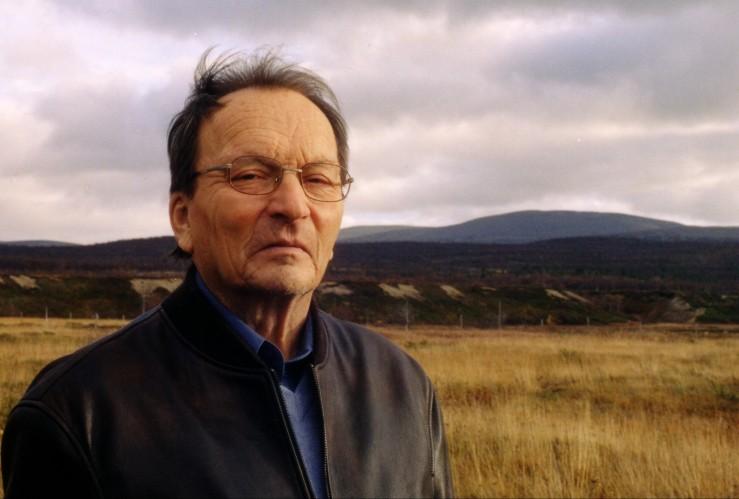 Alf Nilsen-Børsskog var 70 år da han begynte å skrive sin første roman. Her er han fotografert ved huset sitt sør for utløpet av Børselva. Foto: Arvid Petterson.